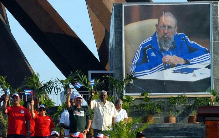 Preside Esteban Lazo, desfile por el 1ro. de Mayo en Santiago de Cuba