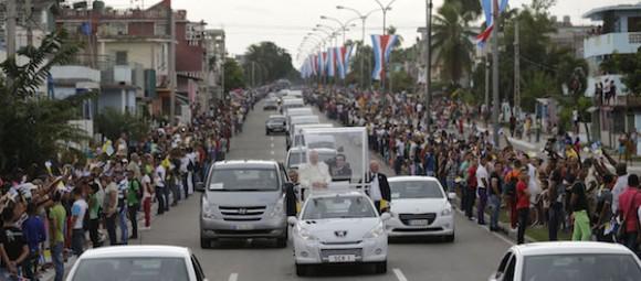 El Papa recorrió 18 kilómetros por La Habana en un vehículo abierto construido en Cuba especialmente para la ocasión. Según el cálculo inicial del portavoz vaticano, Federico Lombardi, unas cien mil personas se congregaron a lo largo del recorrido. Foto: Ismael Francisco