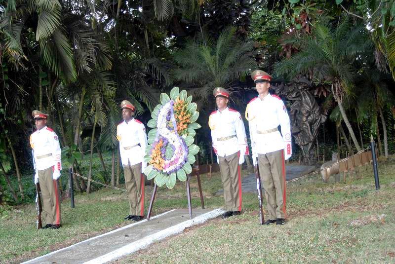 Rinden los cubanos homenaje a Antonio Maceo