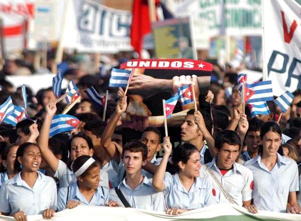 J�venes cubanos celebran en el desfile por el 1ro. de Mayo, La Habana, Cuba - 2010