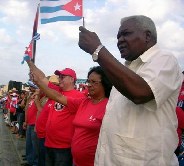 Preside Estevan Lazo desfile por el 1ro. de Mayo en Santiago de Cuba - 2010 (Foto Corresponsal Rebelde)