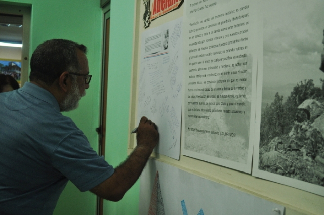 Nelson del Castillo firma compromiso de ser fiel al concepto de Revolución de Fidel . Foto: Félix Anazco
