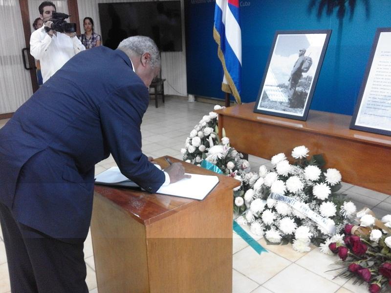 Canciller de Eritrea firma libro de condolencias por la muerte de Fidel