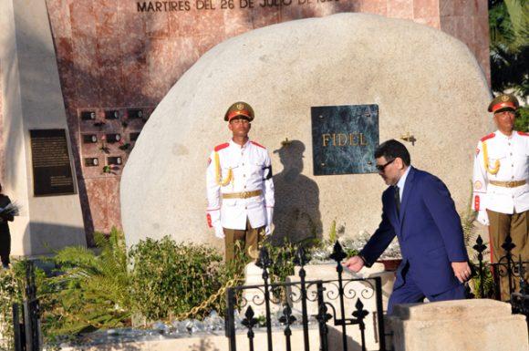 Diego Armando Maradona coloca una flor para Fidel. Foto: Periódico Sierra Maestra