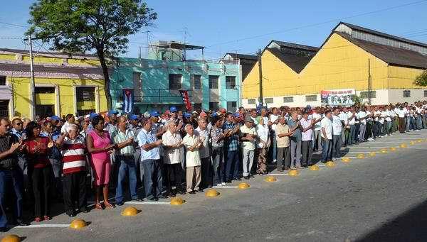 El pueblo santiaguero se congregó para rendir tributo a sus mártires. Foto AIN
