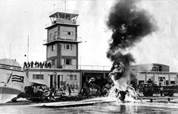 El avión de Cubana que debía volar hacia Manzanillo fue incendiado en la rampa del aeropuerto Antonio Maceo.