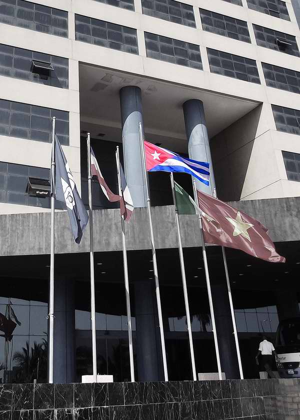 Bandera cubana entre otros estandartes internacionales