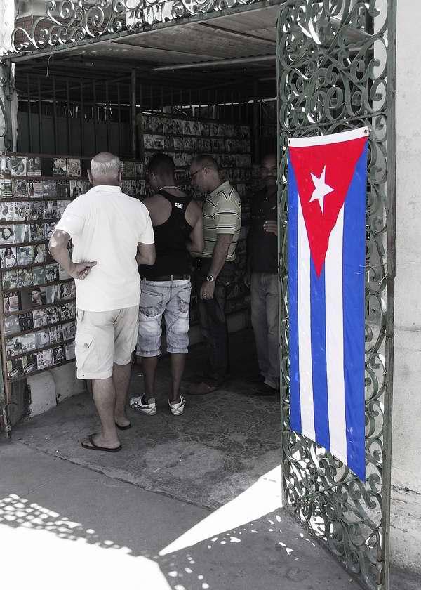 Bandera cubana en los comercios de la Isla