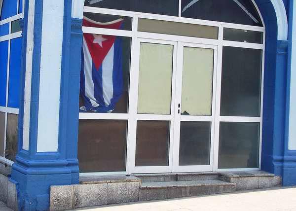 Bandera cubana en las instituciones de la Isla