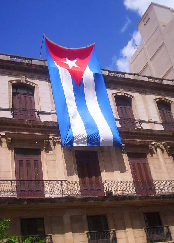Bandera cubana ondeando al viento