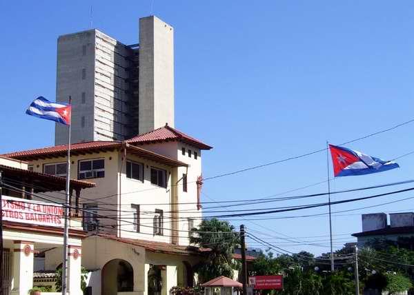 Banderas cubanas ondeando al viento