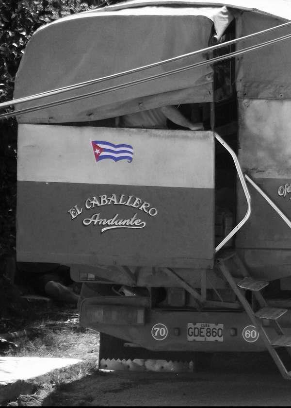 Bandera cubana en los camiones de la Isla