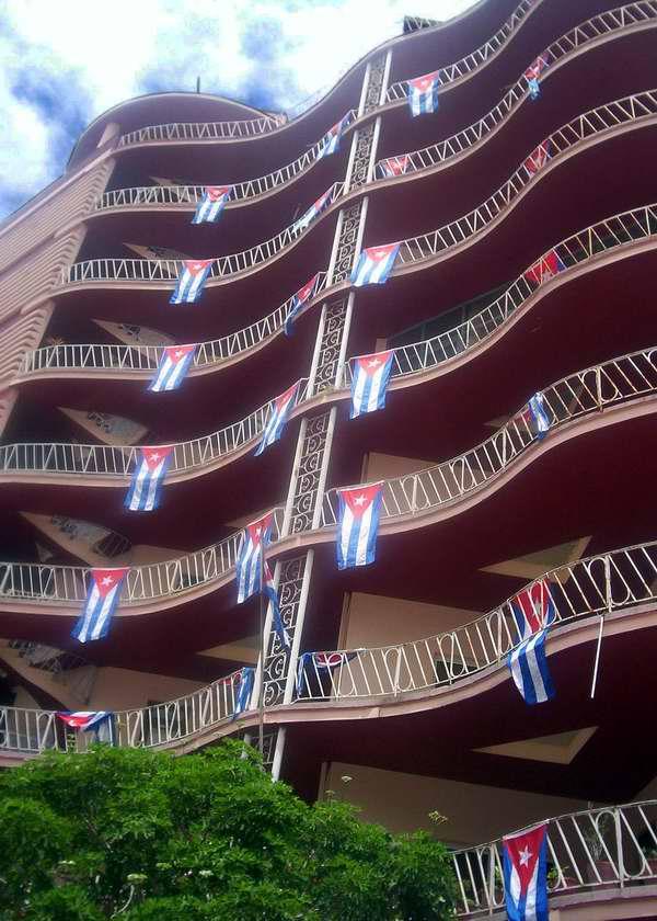 Bandera cubana en los edificios de la Isla