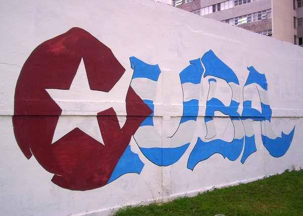 Banderas cubanas en los muros de La Habana