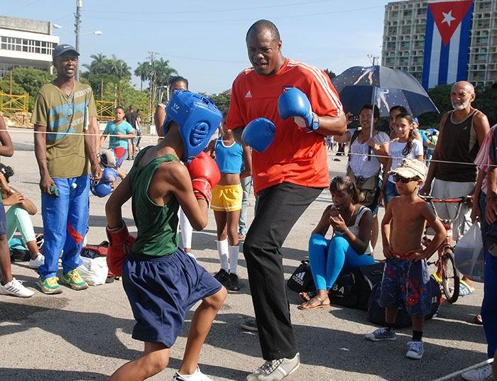 Félix Savón comparte con los niños en la Plaza de la Revolución. Foto: Abel Rojas Barallobre.