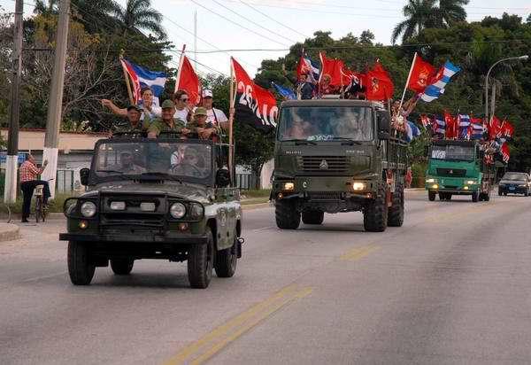 Estudiantes jóvenes y combatientes de la Revolución Cubana, rememoran el paso de la Caravana de la Libertad por la provincia de Camagüey, hace 55 años, liderada por Fidel, en Camagüey, el 4 de enero de 2014. Foto: Rodolfo Blanco