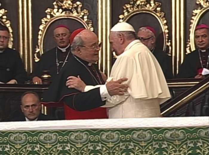 El Cardenal Jaime Ortega saluda al Papa Francisco en la Catedral de La Habana
