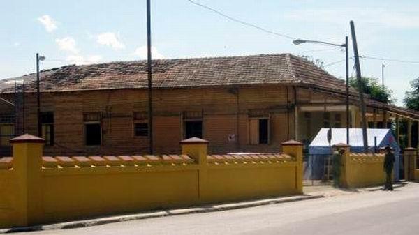 Constructores de la Oficina del Conservador de la Ciudad concluyeron trabajos de reparación a la casa de la jefatura de la antigua fortaleza del Moncada. Foto: Carlos Sanabia