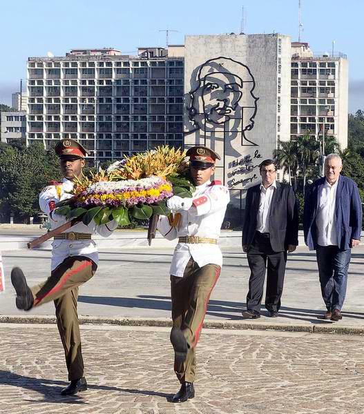 Cayo Lara (D), coordinador federal de Izquierda Unida Española y José Luis Centella, secretario general del Partido Comunista de España, rinden tributo a José Martí, ante el Monumento al Héroe Nacional, en la Plaza de la Revolución, en La Habana, Cuba, el 4 de diciembre de 2013. Foto:Tony Hernández