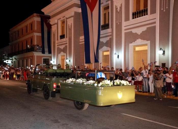 Impresionante abrazo de Cienfuegos a Fidel. Foto: Aslam Castellón