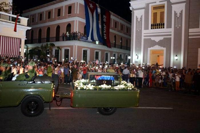 Impresionante abrazo de Cienfuegos a Fidel. Foto: Modesto Gutiérrez