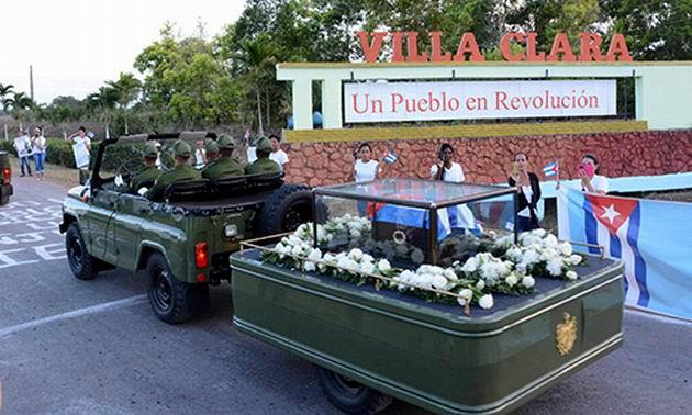 El pueblo villaclareño recibe en el municipio de Santo Domingo, al cortejo fúnebre que traslada las cenizas del Comandante en Jefe Fidel Castro Ruz, hasta el santiaguero cementerio de Santa Ifigenia