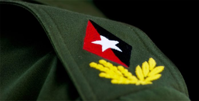 El honor de bordar los grados de Comandante en Jefe