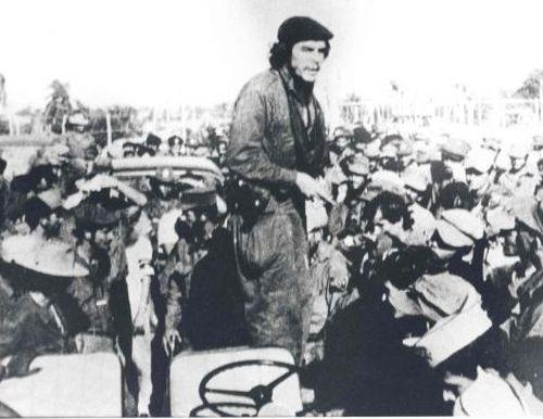 El Che habla en Cabaiguán en el acto que se celebra para conmemorar el primer aniversario de la entrada de la Columna 8 al Escambray