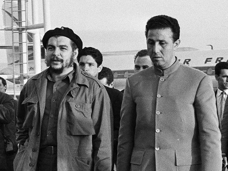 El Che se encuentra entre los dirigentes cubanos que atienden al entonces Primer Ministro de la República Democrática y Popular de Argelia, Ahmed Ben Bella