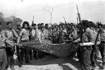 Instantánea de los combatientes de Playa Girón, para hacer frente a la invasión mercenaria. Foto Ernesto Fernández