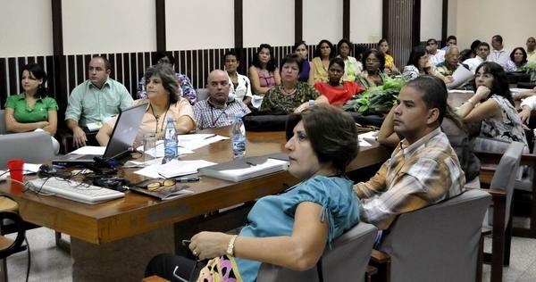 Diputados al parlamento durante los debates de la comisión de Atención a la Juventud, la Niñez y la Igualdad de Derechos de la Mujer, con sede en el Instituto de Ciencias Preclínicas Victoria de Girón, en La Habana, Cuba, el 5 de julio de 2013. Foto: Roberto Morejón