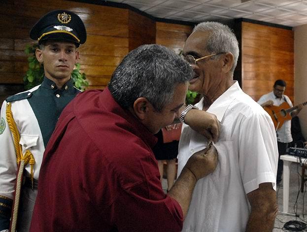 Ulises Guilarte De Nacimiento, secretario general de la CTC impuso la Orden Lázaro Peña de primer grado a Rodolfo Jiménez Polanco. Foto: Agustín Borrego Torres