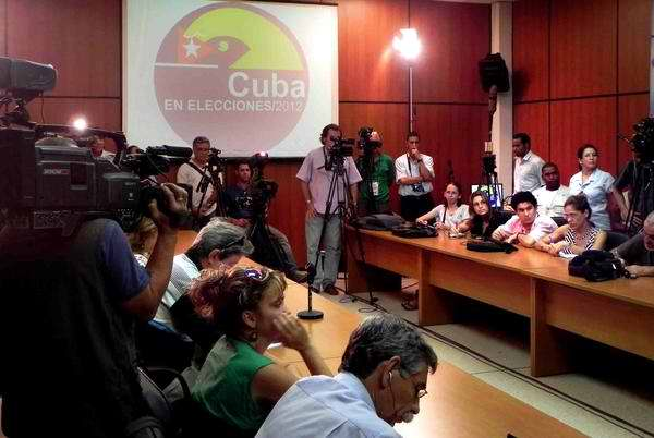 La prensa acreditada extranjera y nacional se informa de los resultados preliminares de las elecciones para la constitución de los gobiernos municipales en Cuba. Foto AIN