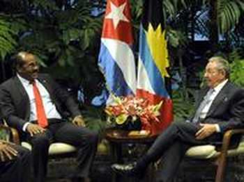 Intercambia Raúl con el Primer Ministro de Antigua y Barbuda. Foto Abel Padrón