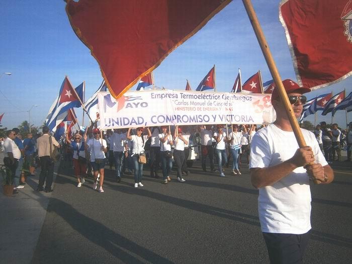 Trabajadores cienfuegueros en marcha unida por las Revolución