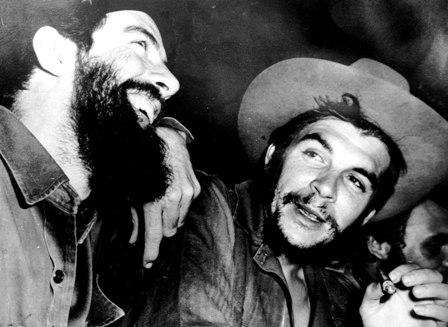 El Che escribe del libro Guerra de Guerrillas