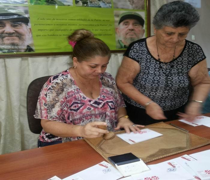Betty Oria González, miembro del secretariado nacional de los CDR realiza la cancelación del sello