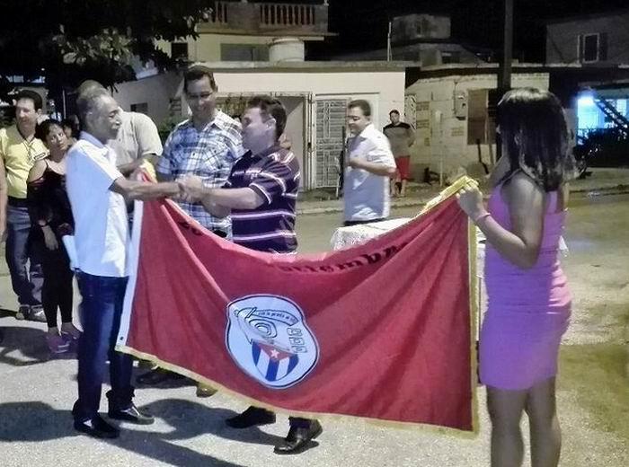 Los vecinos residentes en el Reparto Iberoamericano de Holguín recibieron la Bandera de Vanguardia Nacional
