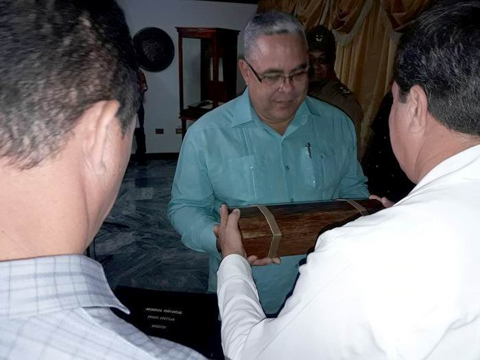 La Asamblea Provincial del Poder Popular en Holguín otorgó la réplica del Hacha de la provincia a Luis Torres Iribar