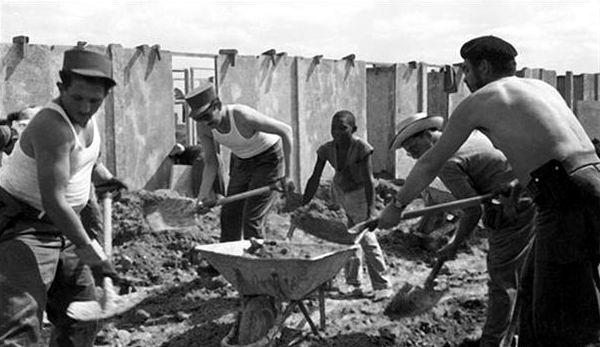 El Che en trabajo voluntario junto a los jóvenes