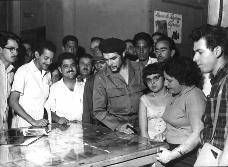 El Che publica en la revista Verde Olivo