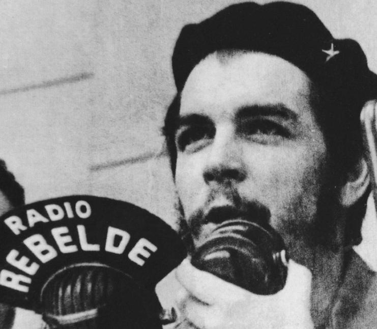 Ernesto Guevara funda Radio Rebelde en Altos de Conrado