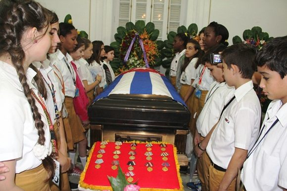 Raul Castro attends wake of deceased Cuban leader