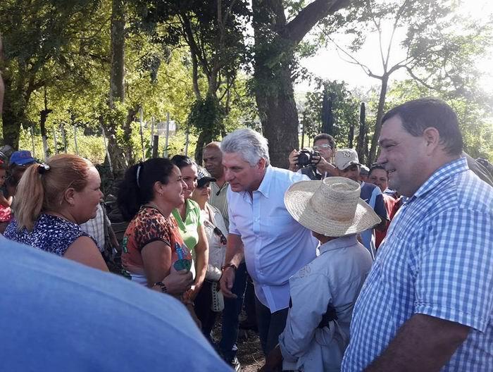 Intercambia Presidente cubano con pobladores avileños.Foto: FB de Demetrio Villaurrutia