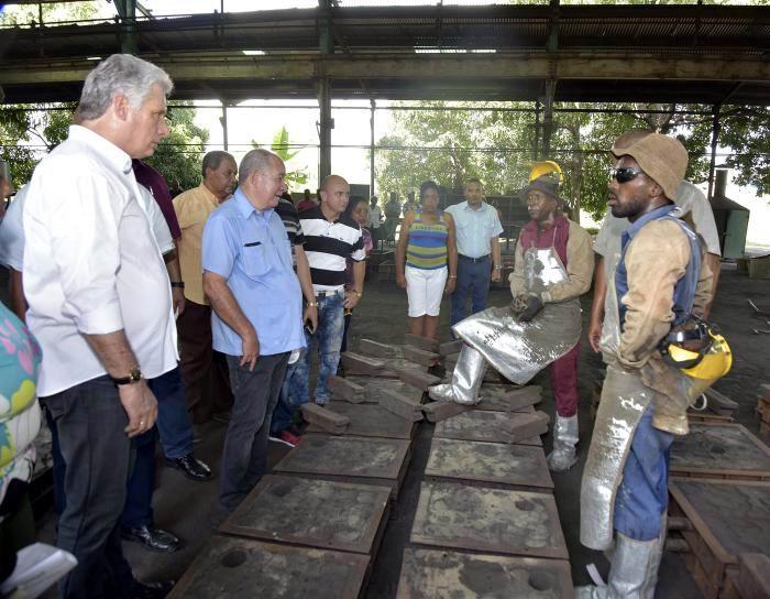 Díaz-Canel en la fábrica de Tanques Metálicos de 55 galones Marcel Bravo. Foto: Estudios Revolución
