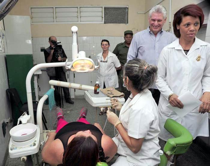 Díaz-Canel Bermúdez visitó varias de las consultas del policlínico. Foto: Estudios Revolución