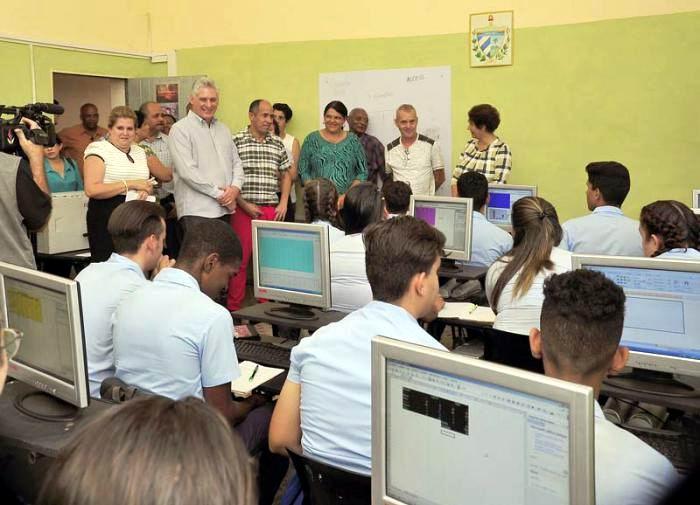 Díaz-Canel Bermúdez visitó varias aulas y laboratorios del preuniversitario. Foto: Estudios Revolución