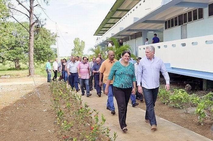 Miguel Díaz-Canel camina junto a la secretaria del PCC en La Habana, Mercedes López Acea. Foto: Estudios Revolución