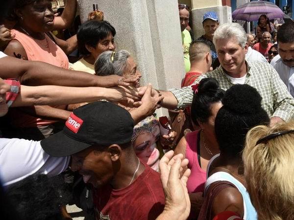 El Presidente cubano compartió con pinareños. Foto: Estudios Revolución