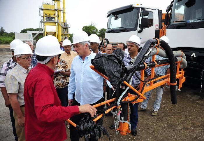 En la planta de asfalto, el Presidente cubano se interesó por las prestaciones de los dos modernos camiones adquiridos para trabajar en el bacheo de la ciudad. Foto: Estudios Revolución